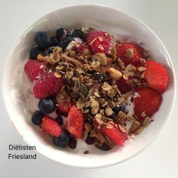 Kwark met granola en zomerfruit