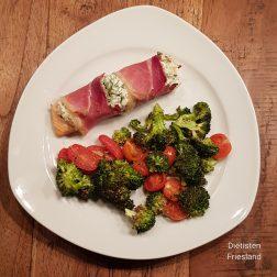 Kruidenzalm (met ricotta en rauwe ham) en broccoli en tomaatjes uit de oven